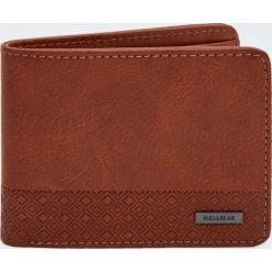 Brązowy portfel z panelem w wypukłą kratkę. Brązowe portfele męskie Pull&Bear, w kratkę. Za 24,90 zł.