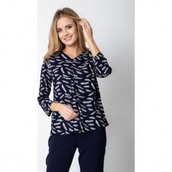 Granatowa bluzka z kontrafałdą QUIOSQUE. Białe bluzki longsleeves marki QUIOSQUE, z nadrukiem, z jeansu. W wyprzedaży za 79,99 zł.