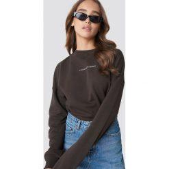 NA-KD Trend Bluza Passionate - Brown. Brązowe bluzy z nadrukiem damskie marki NA-KD Trend, z dzianiny, z długim rękawem, długie. Za 161,95 zł.