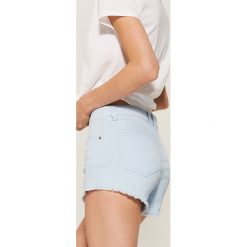 Bermudy damskie: Szorty z postrzępionymi nogawkami – Niebieski