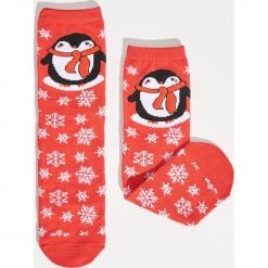 Świąteczne skarpetki z pingwinem - Czerwony. Czerwone skarpetki damskie marki DOMYOS, z elastanu. Za 12,99 zł.
