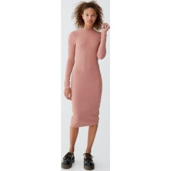 Sukienka z półgolfem i guzikami. Czerwone sukienki z falbanami Pull&Bear. Za 69,90 zł.