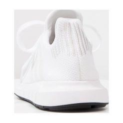Adidas Originals SWIFT RUN  Tenisówki i Trampki footwear white/crystal white/core black. Białe tenisówki męskie marki adidas Originals, z materiału. W wyprzedaży za 223,20 zł.