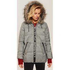 Pikowana kurtka z napisem - Szary. Szare kurtki damskie pikowane marki House, l, z napisami. Za 229,99 zł.