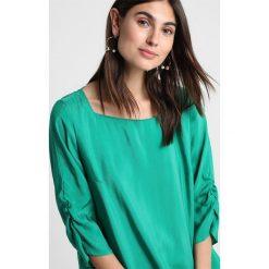 Betty & Co Bluzka green leaves. Zielone bluzki longsleeves Betty & Co, z materiału. Za 349,00 zł.