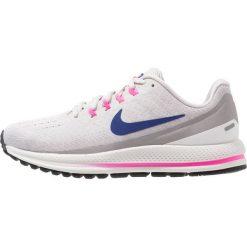 Nike Performance WMNS AIR ZOOM VOMERO 13 Obuwie do biegania treningowe vast grey/deep royal blue/atmosphere grey/pink blast/summit white. Szare buty do biegania damskie marki Nike Performance, z materiału. Za 589,00 zł.