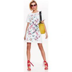 SUKIENKA DAMSKA O DOPASOWANYM KROJU Z KWIATOWYM NADRUKIEM. Szare sukienki balowe marki Top Secret, na lato, z nadrukiem, dopasowane. Za 69,99 zł.