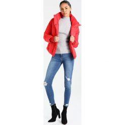 Superdry COCOON  Kurtka zimowa red. Szare kurtki damskie zimowe marki Superdry, l, z nadrukiem, z bawełny, z okrągłym kołnierzem. W wyprzedaży za 365,40 zł.