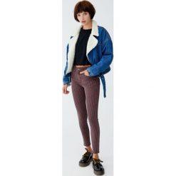 Jeansy skinny fit w paski. Czerwone boyfriendy damskie Pull&Bear, w paski, z jeansu. Za 79,90 zł.