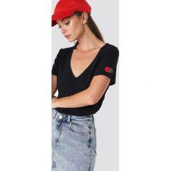 NA-KD T-shirt z haftowaną różą - Black. Czarne t-shirty damskie NA-KD, z haftami, dekolt w kształcie v. Za 72,95 zł.