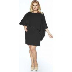 Sukienki asymetryczne: Czarna Sukienka Wizytowa Dopasowana z Szyfonem PLUS SIZE