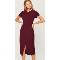 Dopasowana midi sukienka - Bordowy. Czerwone sukienki marki Mohito, l, w koronkowe wzory. Za 179,99 zł.