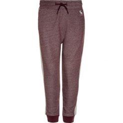 Abercrombie & Fitch SIDE STRIPE  Spodnie treningowe burgundy. Czerwone jeansy chłopięce Abercrombie & Fitch. W wyprzedaży za 125,30 zł.