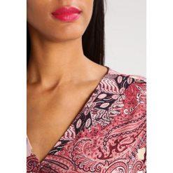 Ilse Jacobsen NICE Sukienka z dżerseju adobe rose. Brązowe sukienki z falbanami marki Alma en Pena, z materiału, na obcasie. W wyprzedaży za 431,20 zł.