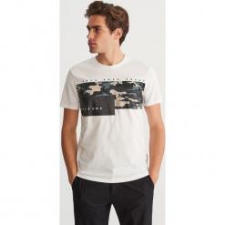 T-shirt z nadrukiem - Kremowy. Białe t-shirty męskie z nadrukiem marki Reserved, l. Za 39,99 zł.