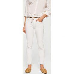 Mango - Jeansy push-up Kim. Białe jeansy damskie rurki marki Mango, z bawełny. Za 119,90 zł.