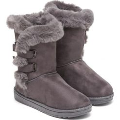 Botki w kolorze szarym. Szare buty zimowe damskie Carla Samuel, na zimę. W wyprzedaży za 159,95 zł.