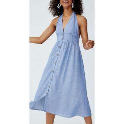 Sukienka midi z tkaniny chambray z dekoltem halter. Niebieskie sukienki z falbanami marki Pull&Bear, z tkaniny, z dekoltem halter, midi. Za 96,90 zł.