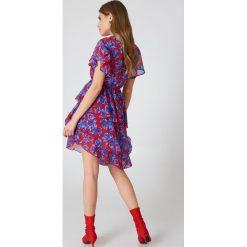 Sukienki: NA-KD Boho Asymetryczna sukienka z falbaną - Red,Blue,Multicolor