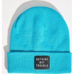 Czapka beanie z naszywką - Niebieski. Niebieskie czapki zimowe damskie marki Sinsay, z aplikacjami. Za 14,99 zł.
