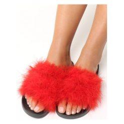 Czerwone Klapki Plushie. Czerwone kapcie damskie marki Born2be, z materiału, na obcasie. Za 29,99 zł.