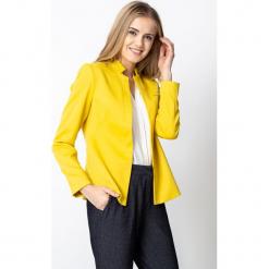 Żółty żakiet z delikatną stójką QUIOSQUE. Żółte marynarki i żakiety damskie marki QUIOSQUE, uniwersalny, z jeansu, eleganckie. W wyprzedaży za 139,99 zł.