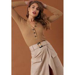NA-KD Trend Sweter z guzikami - Beige. Białe swetry klasyczne damskie marki NA-KD Trend, z nadrukiem, z jersey, z okrągłym kołnierzem. Za 141,95 zł.