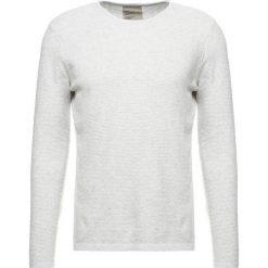 Swetry klasyczne męskie: RVLT Sweter light grey