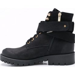 Carinii - Botki. Czarne buty zimowe damskie Carinii, z materiału, z okrągłym noskiem, na obcasie. W wyprzedaży za 269,90 zł.