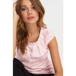 Bluzki damskie: Satynowa bluzka z zakładkami