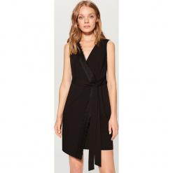 Czarna sukienka z wiązaniem - Czarny. Czarne sukienki z falbanami marki Mohito. Za 149,99 zł.
