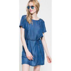 Wrangler - Sukienka. Szare sukienki mini marki Wrangler, na co dzień, m, z nadrukiem, casualowe, z okrągłym kołnierzem, proste. W wyprzedaży za 179,90 zł.