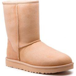 Buty UGG - W Classic Short II 1016223 W/Amb. Szare buty zimowe damskie marki Ugg, z materiału, z okrągłym noskiem. Za 879,00 zł.