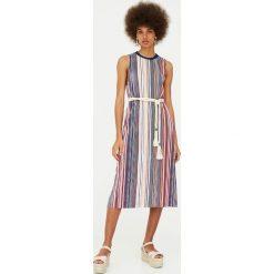 Sukienki hiszpanki: Plisowana sukienka w paski
