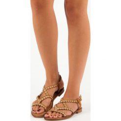 KAYLEIGH casualowe płaskie sandały. Pomarańczowe rzymianki damskie SMALL SWAN, na płaskiej podeszwie. Za 49,99 zł.