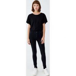 Jeansy super skinny ze średnim stanem. Czarne spodnie z wysokim stanem Pull&Bear, z jeansu. Za 79,90 zł.