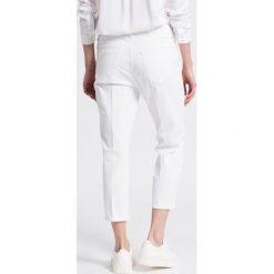 Wrangler - Jeansy. Szare proste jeansy damskie marki Wrangler, na co dzień, m, z nadrukiem, casualowe, z okrągłym kołnierzem, mini, proste. W wyprzedaży za 179,90 zł.