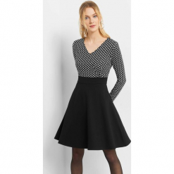 Rozkloszowana sukienka. Czarne sukienki koktajlowe marki Orsay, w geometryczne wzory, z elastanu, dekolt w kształcie v, dopasowane. Za 79,99 zł.