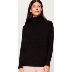 Prążkowany sweter z golfem - Czarny. Czerwone golfy damskie marki Mohito, z bawełny. Za 99,99 zł.