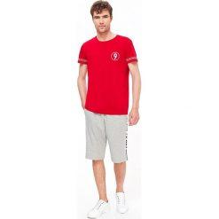 T-SHIRT KRÓTKI RĘKAW MĘSKI Z NADRUKIEM. Szare t-shirty męskie z nadrukiem marki Top Secret, na lato, m. Za 19,99 zł.