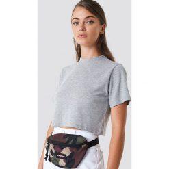 NA-KD Krótki t-shirt - Grey. Szare t-shirty damskie NA-KD, z okrągłym kołnierzem. Za 52,95 zł.