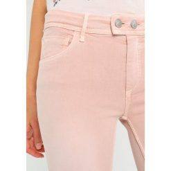 Mavi ADRIANA ANKLE Jeans Skinny Fit smoky rose washed denim. Czerwone boyfriendy damskie Mavi. Za 299,00 zł.