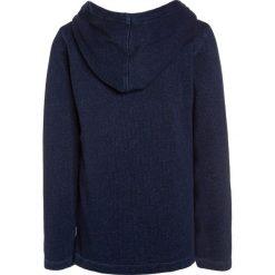 Scotch Shrunk HOODED LONG SLEEVE WITH ARTWORK Bluza z kapturem indigo. Niebieskie bluzy dziewczęce rozpinane marki Scotch Shrunk, z bawełny, z kapturem. W wyprzedaży za 142,35 zł.