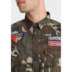 Superdry ARMY TROPICS Koszula khaki. Brązowe koszule męskie na spinki Superdry, m, z bawełny. Za 389,00 zł.