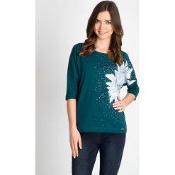 Bluzki damskie: Zielona bluzka z kwiatem typu nietoperz QUIOSQUE