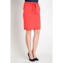 Koralowa spódnica z wiązanym paskiem QUIOSQUE. Pomarańczowe spódniczki dzianinowe marki QUIOSQUE, na lato, l, w paski. W wyprzedaży za 69,99 zł.