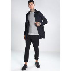 Swetry męskie: Jack & Jones JPRMILTON CREW NECK Sweter light grey melange/maritime navy