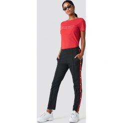 NA-KD Spodnie z zatrzaskami - Black. Szare spodnie z wysokim stanem marki NA-KD, z bawełny, z podwyższonym stanem. Za 161,95 zł.