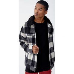 Sweter wykonany ściegiem angielskim. Czarne swetry klasyczne męskie Pull&Bear, m. Za 99,90 zł.