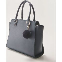 Torba typu tote z brelokiem - Granatowy. Niebieskie torebki klasyczne damskie House, z breloczkiem. Za 79,99 zł.